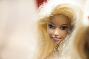 """Le donne vogliono la """"vagina di Barbie"""". Tutta colpa dei porno?"""